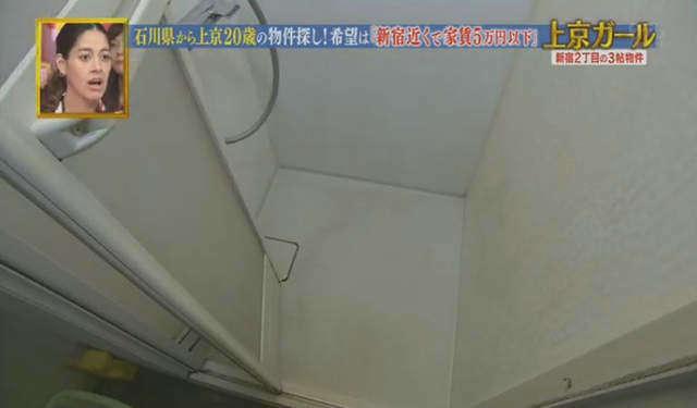 และก็ต้องเข้าไปในห้องน้ำแคบๆแบบนี้