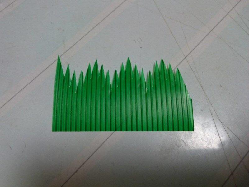 ใบไม้พลาสติกสีเขียวที่ใช้กั้นแบ่งซูชิ