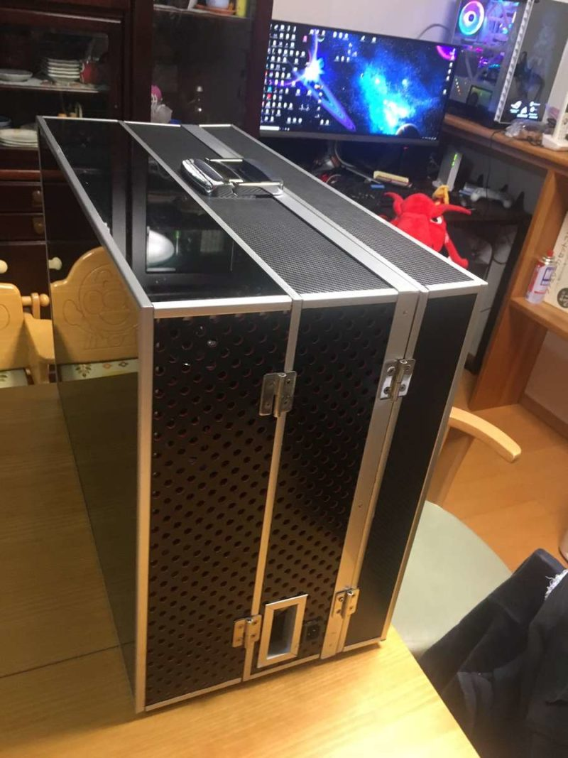 PC GAMING แบบพกพาที่มี Monitor ในตัวและมีระบบระบายความร้อนด้วยน้ำ (26.5kg)